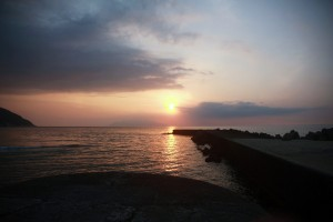 噴火後の夕日 9000m以上上がったエラブの噴煙は2時間ほどで上空の風に流され、夕方にはいつもの景色となりました。