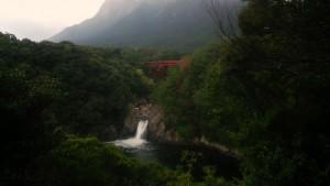 ぽんたん館でお土産を見たあと、徒歩5分のトローキの滝へ