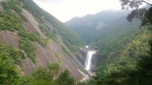 続いて、一枚岩がダイナミックな千尋の滝へ。