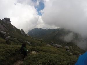 永田岳を離れると徐々にまた雲が増えてきて・・・宮之浦山頂では再び真っ白に(笑)