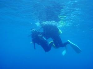 10歳の娘さんと一緒に潜る練習をしている光景。Photo By Oさん。
