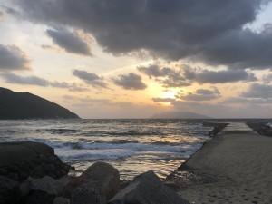 お店横の海と夕陽