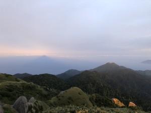 永田岳が朝陽に照らされ映し出された山影。