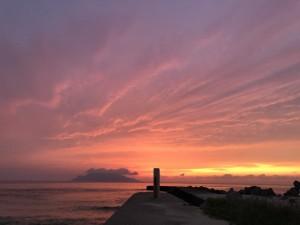 下山後はだいたい標高0mの海辺でさかむかえ。最後もすばらしい夕陽。