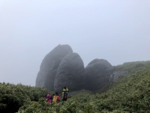 背景が真っ白で見えない分、いつもより際立つ岩の大きさ!