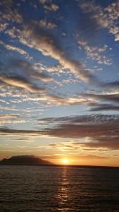 口永良部島と夕陽。