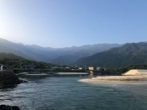 横を見ると、朝の永田岳。