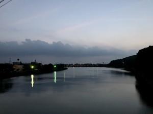 なかなか見ることない夜明け前の宮之浦のまち。