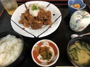 ランチに行った久々の潮騒。私はいつも「からあげ定食 ¥1.200」