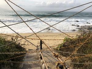 台風9号の波でえぐり取られてしまったいなか浜の砂。