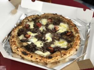空港近くイルマーレの鹿肉ピザ。今はテイクアウトのみの営業ですが、テラスで熱々を食べていくことができます♪