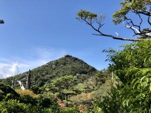 遠くに見える高盤岳、通称「トウフ岩」。