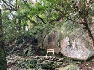 拝殿の脇を登ると陰石岩塊の御神体。